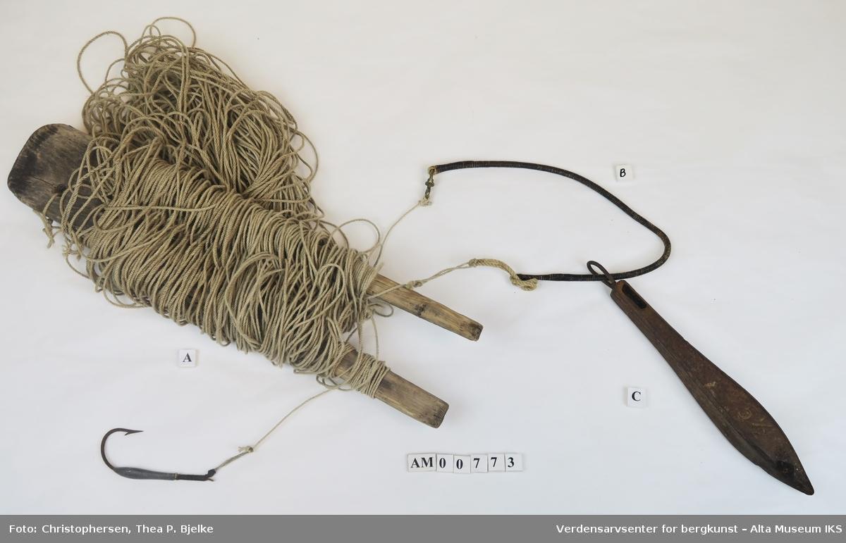 Tredobbelt hampesnøre surret med bektråd slik at snueren festes i samme surring og man får en hempe (stropp) i motsatt ende.