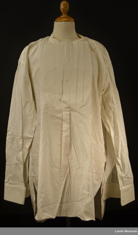 Skjorte til kjole og kvitt. Stivet bryst og mansjetter. Legg på bryst.