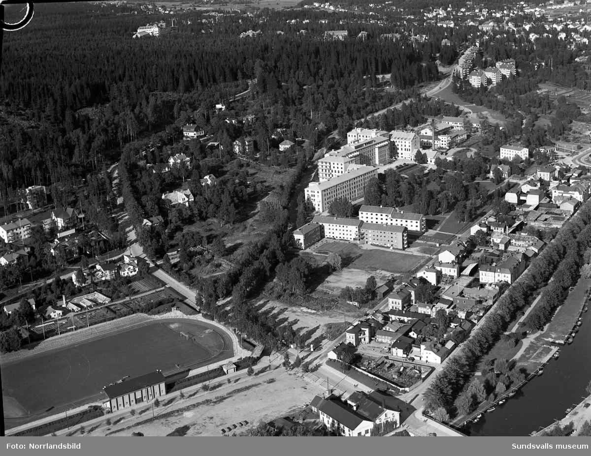 Flygfoto över Norrmalm, Idrottsparken och lasarettet med omgivningar.