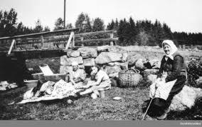 Damer med klesvask ved Svartelva. Svart-hvitt bilde (Foto/Photo)