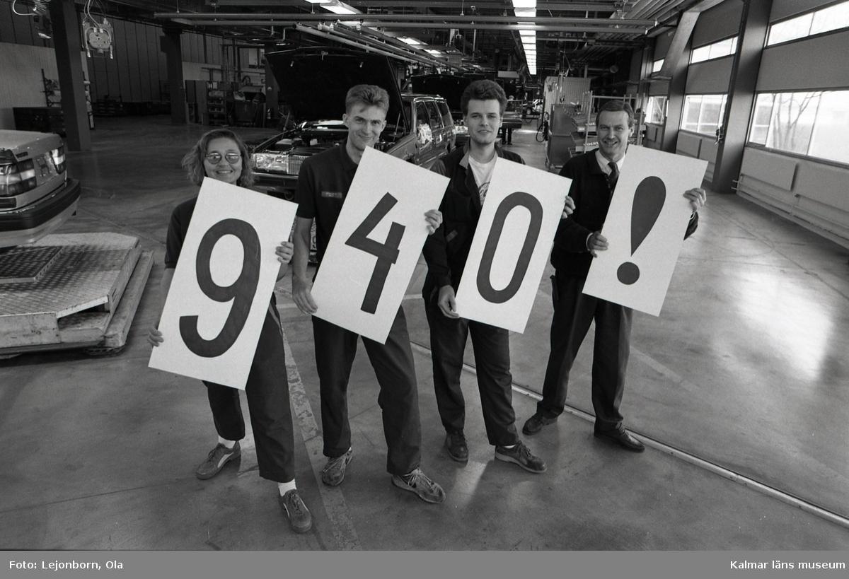 Kvalitetsrekord på Kalmarfabriken inom Volvo-koncernen. Från vänster montörerna:  Helen Gottfridsson Göran Gustafsson Jörgen Eriksson  samt produktionschefen Ulf Pettersson.