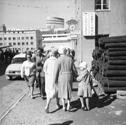 En del folk i nedre del av Sjøgata. I bygget til høyre ligge