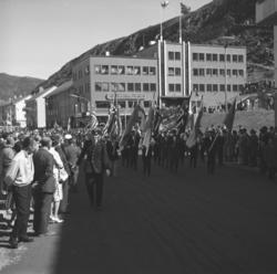 Et opptog går gjennom Strandgata med norske og finske flagg
