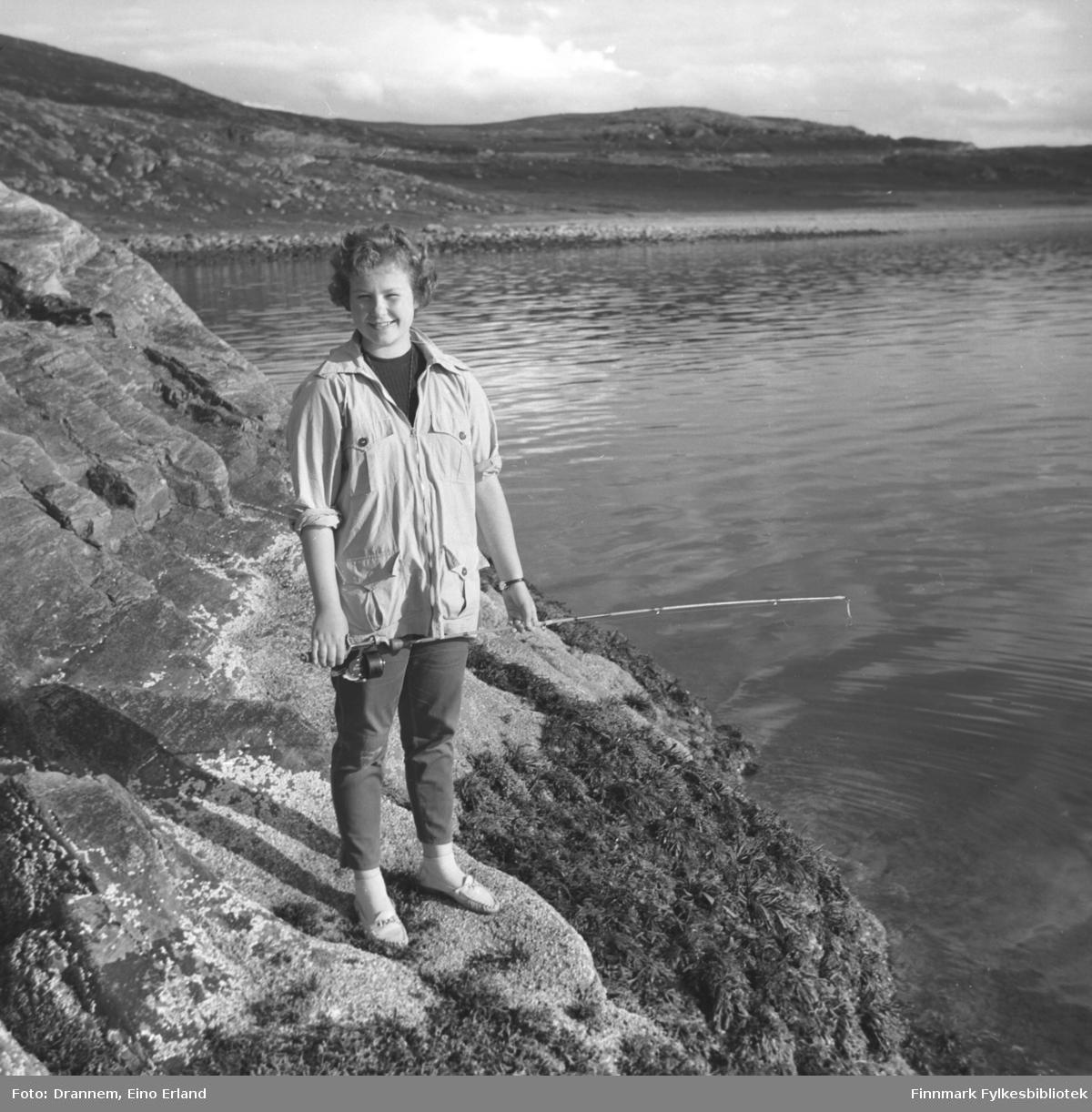 Turid Karikoski på fisketur i fjæra utenfor Hammerfest.