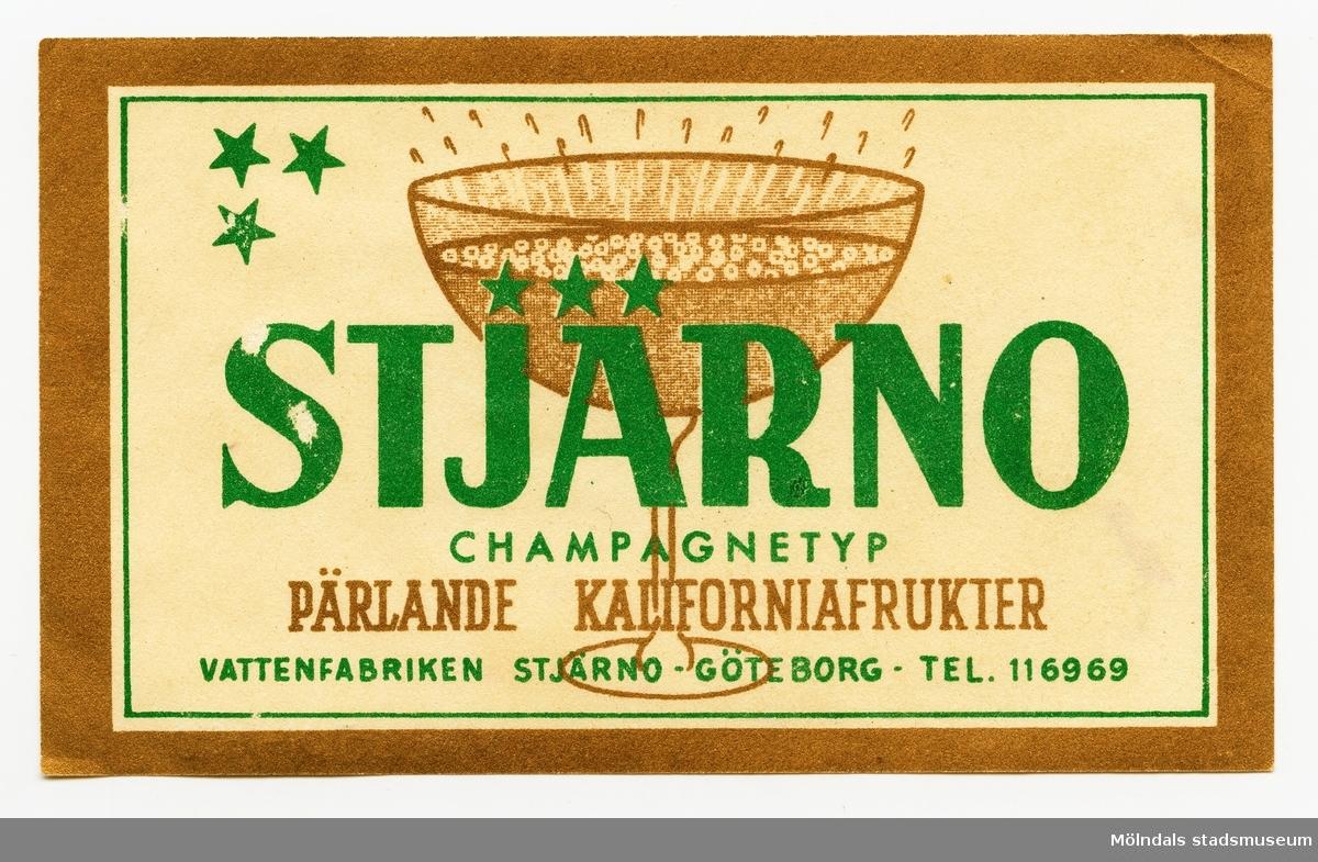 Etikett med texten Stjärno Champagnetyp Pärlande kaliforniafrukter Vattenfabriken Stjärno - Göteborg - Tel. 116969  Ingår i samling av 14 etiketter från Vattenfabriken Stjärno.