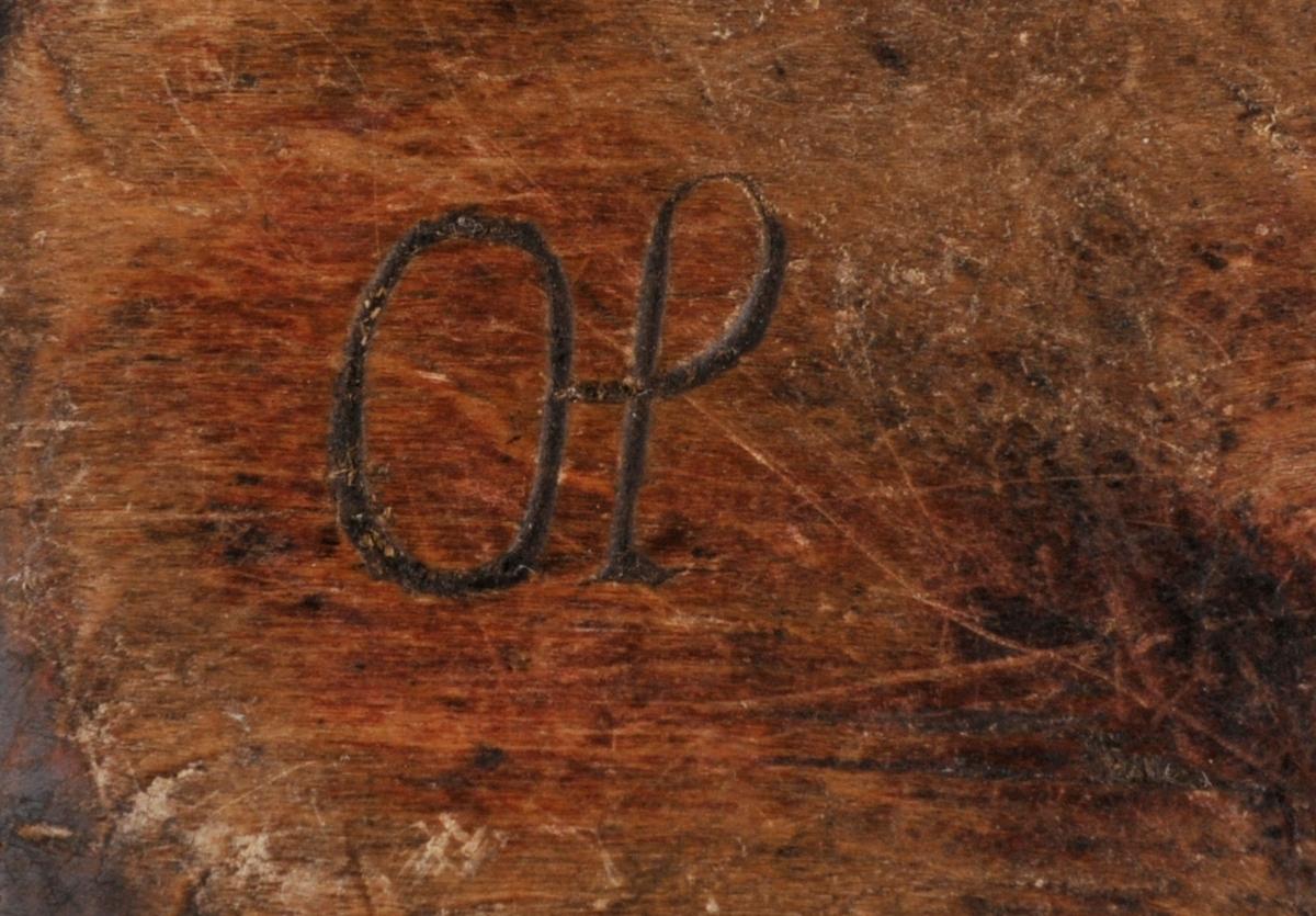 Trau i tre, hola ut. Med restar av raud måling utvendig. Dekorrand skore inn på handtak. Sprukkent, reparart med ein jarnnagle.