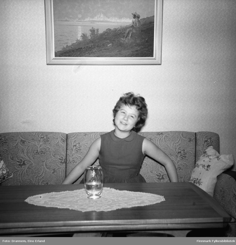 Turid sitter i sofaen i familiens leilighet i 2. etg. på Tollboden