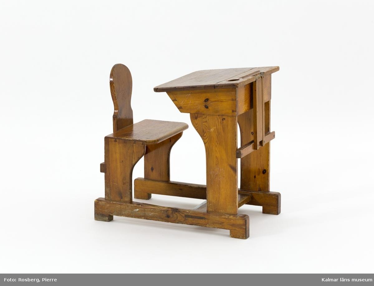 KLM 45868. Skolbänk. Skolbänk och stol på underrede av trä med järnskodd fotplatta. Öppningsbart lock. Skålad plats för penna och bläckhorn på ovansidan.