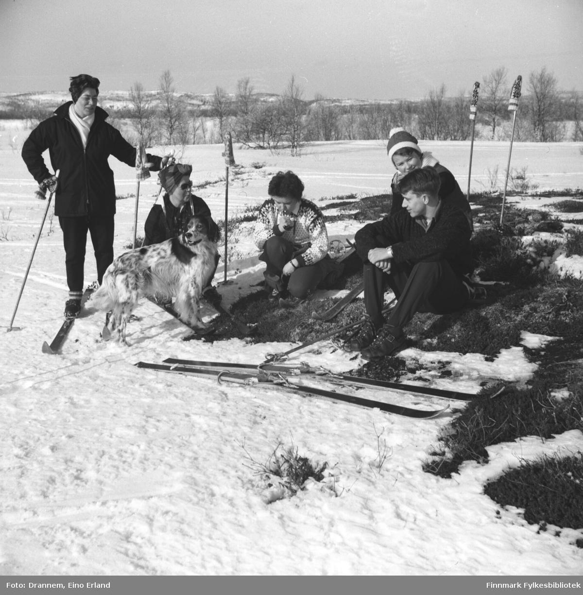 Fem personer på skitur. De er fra venstre: Jenny Drannem, Sonja Lappalainen, Maija - etternavn ukjent - , Turid Karikoski, Gunnar Gabrielsen og hunden Rexi.