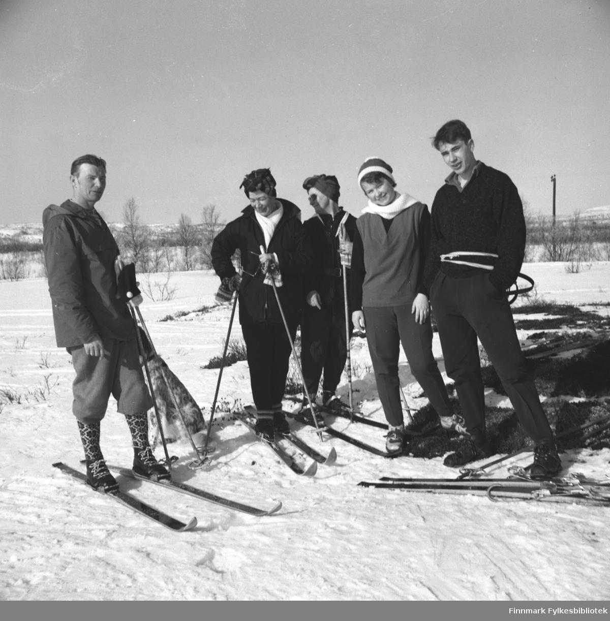 Fem personer på skitur en påskedag i Neiden. De er fra venstre: Eino Drannem, Jenny Drannem, Sonja Lappalainen, Turid Karikoski og Gunnar Gabrielsen.