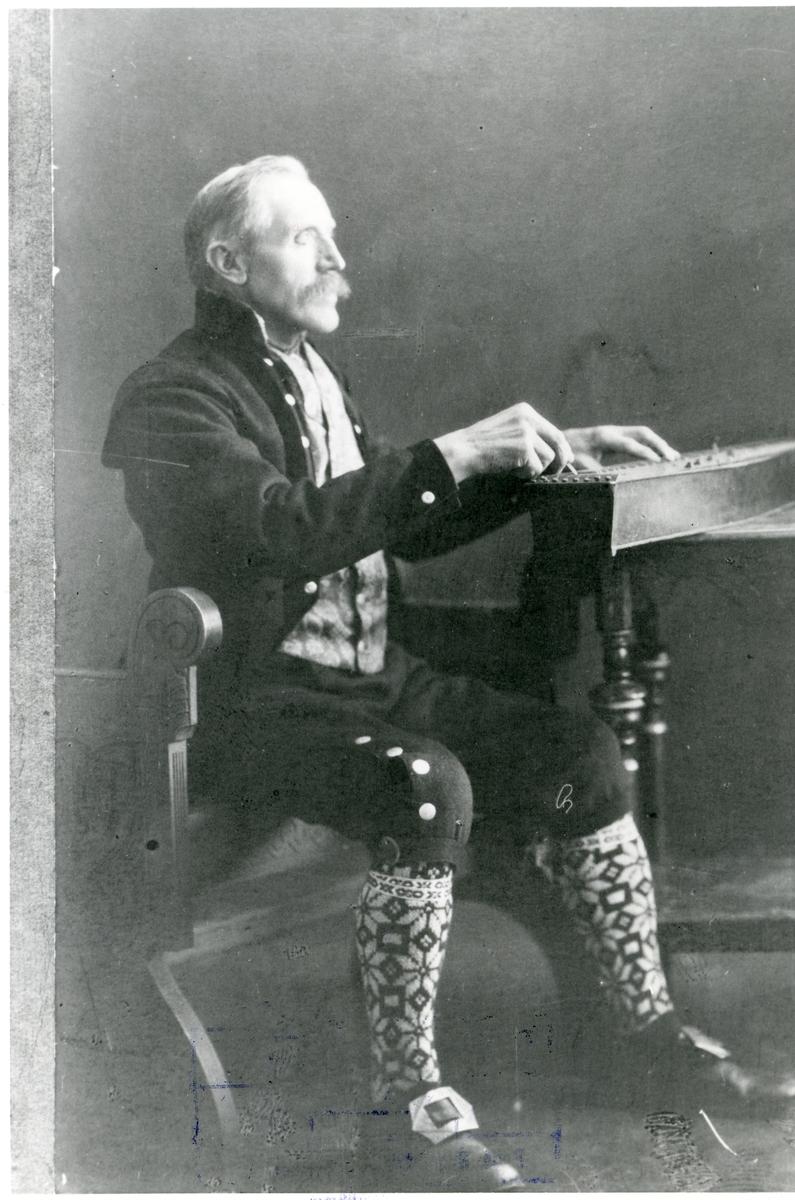 Portrett av Ola Brenno med langeleiken.