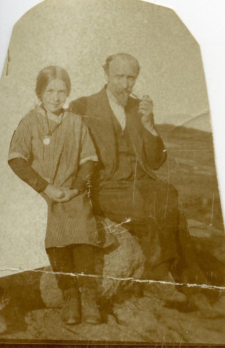 Portrett av Hans Islandsmoen og datteren Ingebjørg. Bildet er tatt på Blomstølen i Valdres.