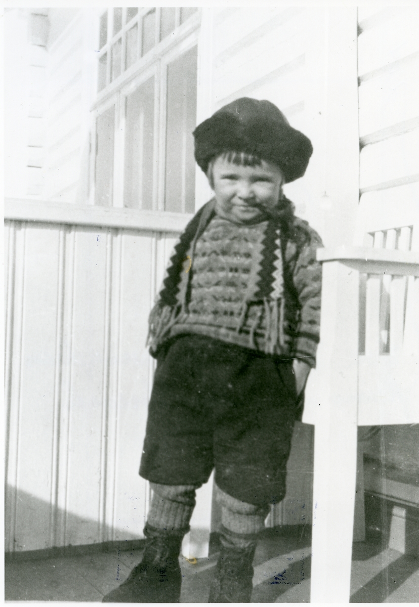 Edvard Elsrud som liten gutt avbildet på trappa.
