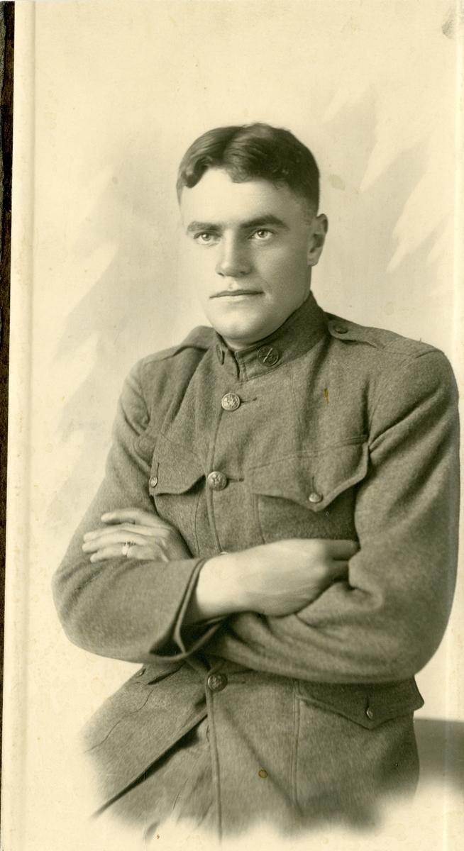 2 portrett i halvfigur av Emil Bohn. Han er kledd i uniform på det ene bildet og i dress på det andre.