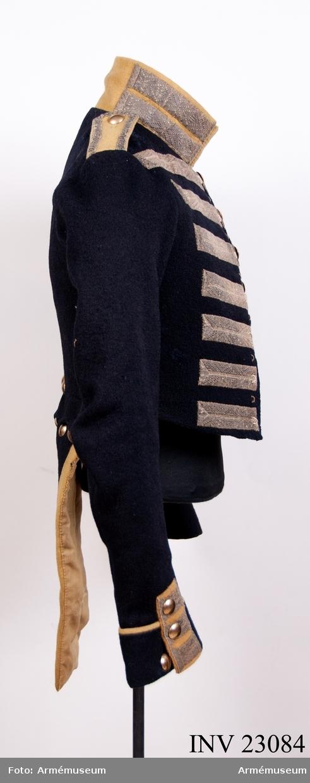 Grupp C I. Ur uniform, s.k statuniform, för spel vid Svea livgarde, 1828-45. Livplagg m/1828. Består av frack, byxor, tschakå, plym, halsduk, skor, gehäng, handrem, trumrem. Go 10 sep 1828, Svea livgarde. Fracken har silverrevärer enl. äldre uppställning.