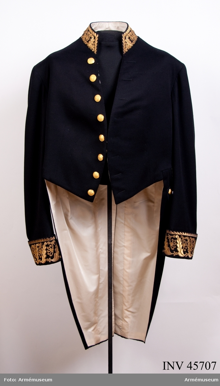 Grupp C I. Frack med kammarherrenyckel. Ur stor uniform för kammarherre vid kungliga majestätets hov. Består av frack med kammarherrenyckel, väst, långbyxor, kappa, hatt.