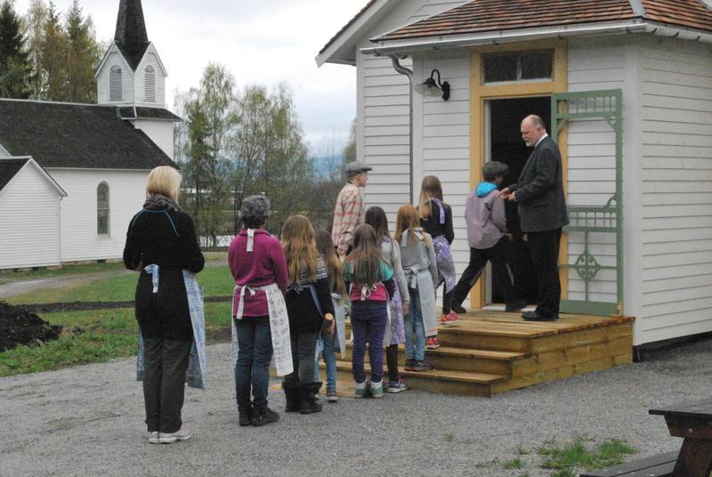 Skoleklasse på vei inn til skoletime i Leet-Cristopher skolen på Migrasjonsmuseet