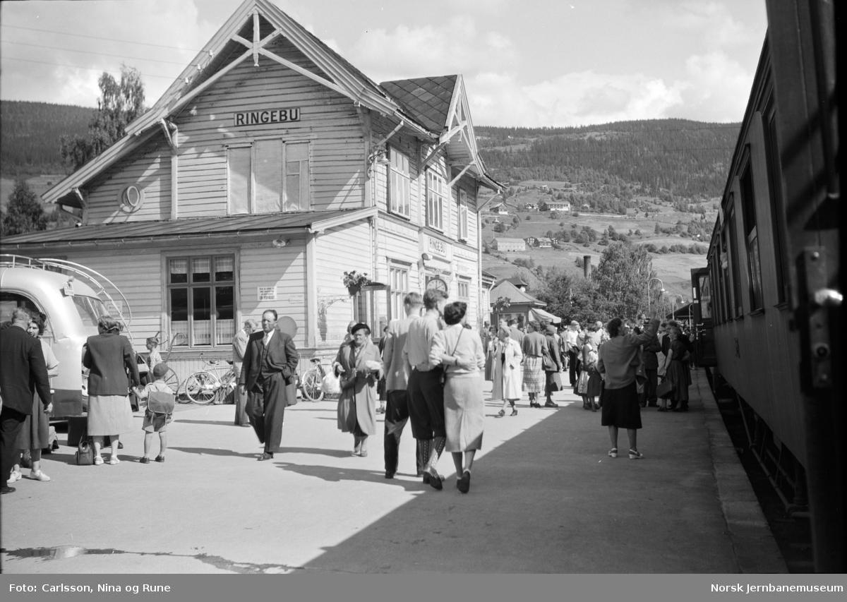 Ringebu stasjon med persontog og reisende