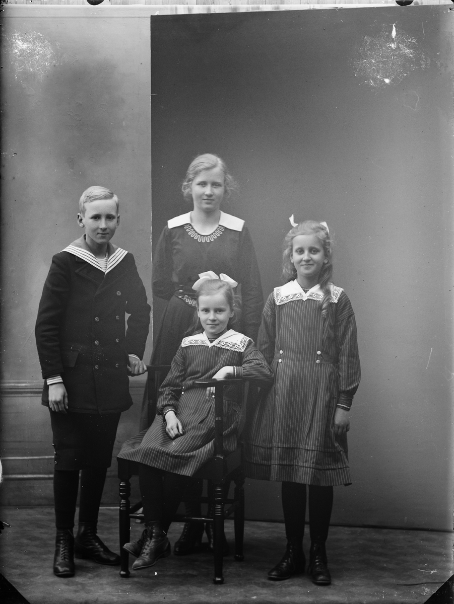 Ateljéporträtt - tre flickor och en pojke, Alunda, Uppland