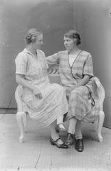 Ateljéporträtt - två kvinnor, Alunda, Uppland