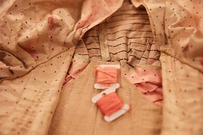 Nærbilde av del av kjolen