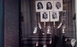 Porträtt av luciakandidater samt skor i skyltfönstret till R