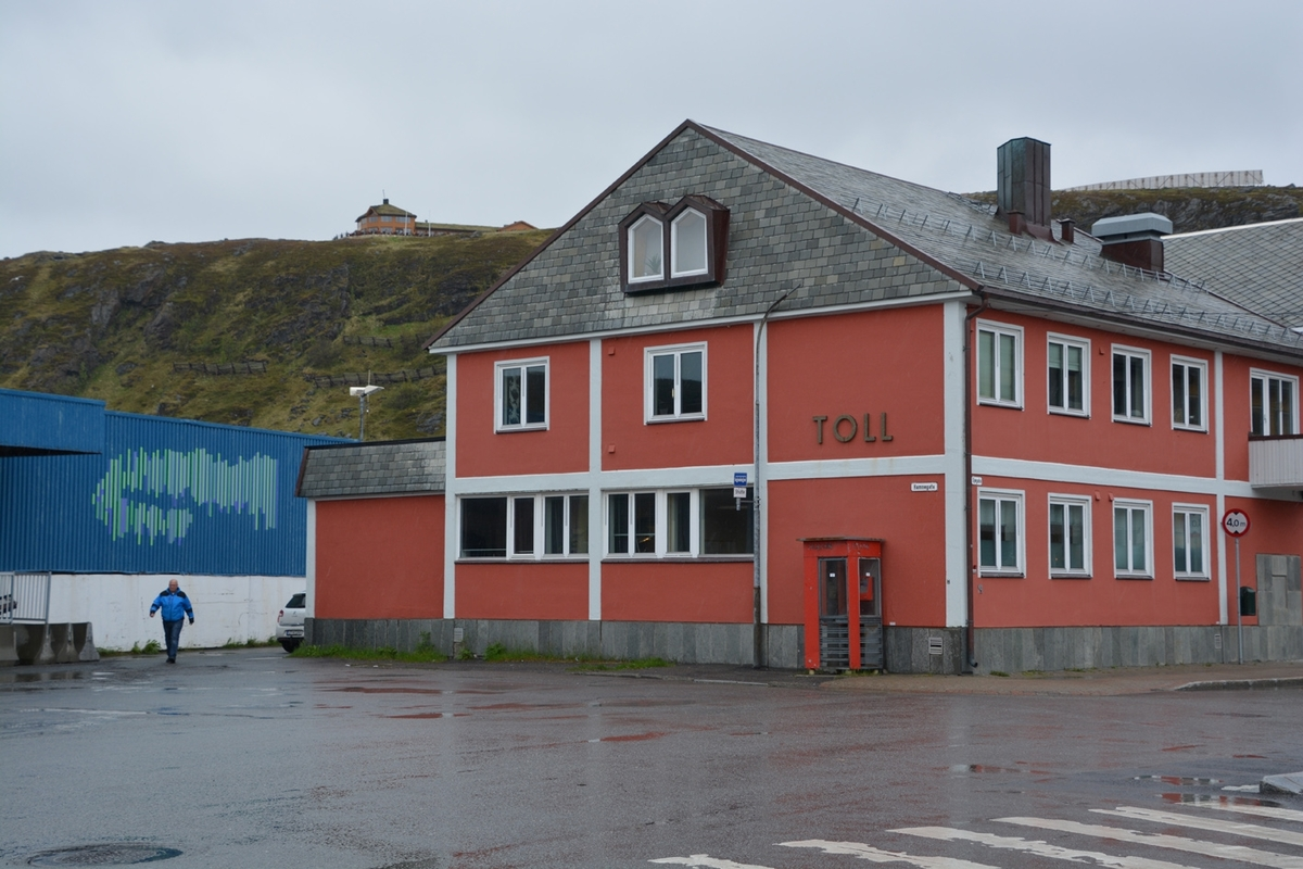 Denne telefonkiosken står ved Hurtigrutekaia i Hammerfest, og er en av de 100 vernede telefonkioskene i Norge. De røde telefonkioskene ble laget av hovedverkstedet til Telenor (Telegrafverket, Televerket). Målene er så å si uforandret.  Vi har dessverre ikke hatt kapasitet til å gjøre grundige mål av hver enkelt kiosk som er vernet.  Blant annet er vekten og høyden på døra endret fra tegningene til hovedverkstedet fra 1933. Målene fra 1933 var: Høyde 2500 mm + sokkel på ca 70 mm Grunnflate 1000x1000 mm. Vekt 850 kg. Mange av oss har minner knyttet til den lille røde bygningen. Historien om telefonkiosken er på mange måter historien om oss.  Derfor ble 100 av de røde telefonkioskene rundt om i landet vernet i 1997. Dette er en av dem.