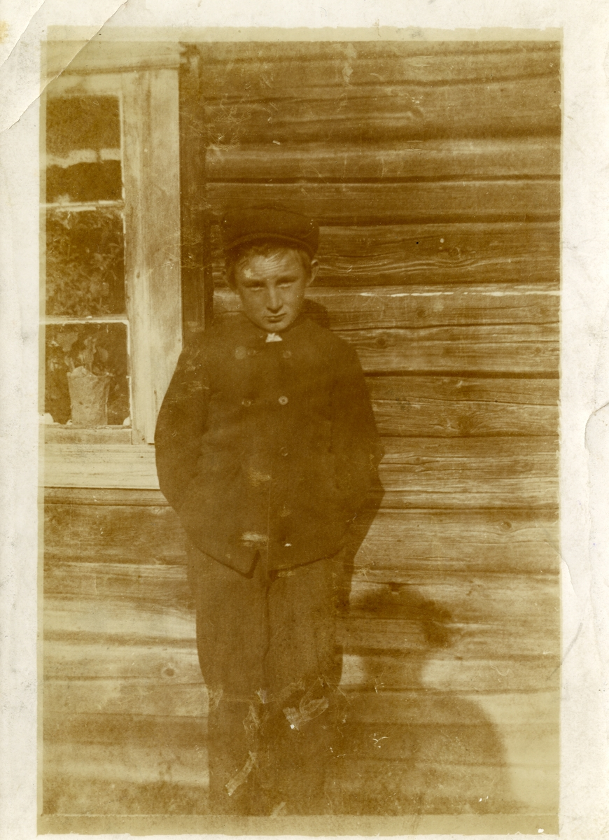Portrett av Ivar Islandsmoen, 10 år gammel. Bildet er tatt med et kamera han selv har laget.