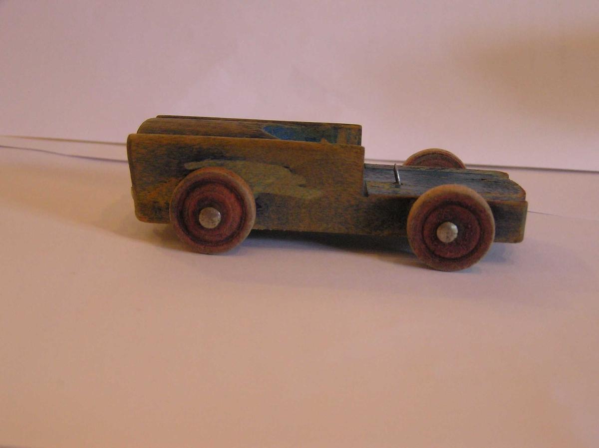 Lekebil med rektangulær form med utsparing til sete,  4 hjul.