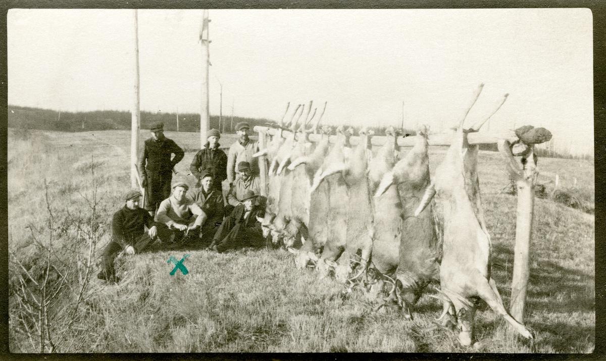 Jaktlag i Nord Minnesota avbildet med utbytte. Sittende som nr. 2 fra venstre: Haldor Knatvold