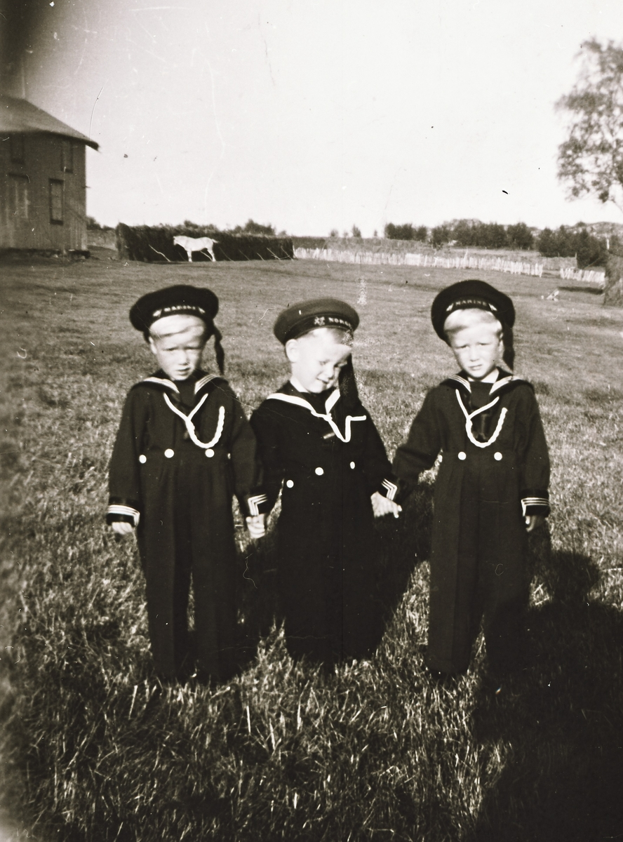 Tre barn i matrosdress. Vassvik, Tranøy ca 1955. - Midt ...