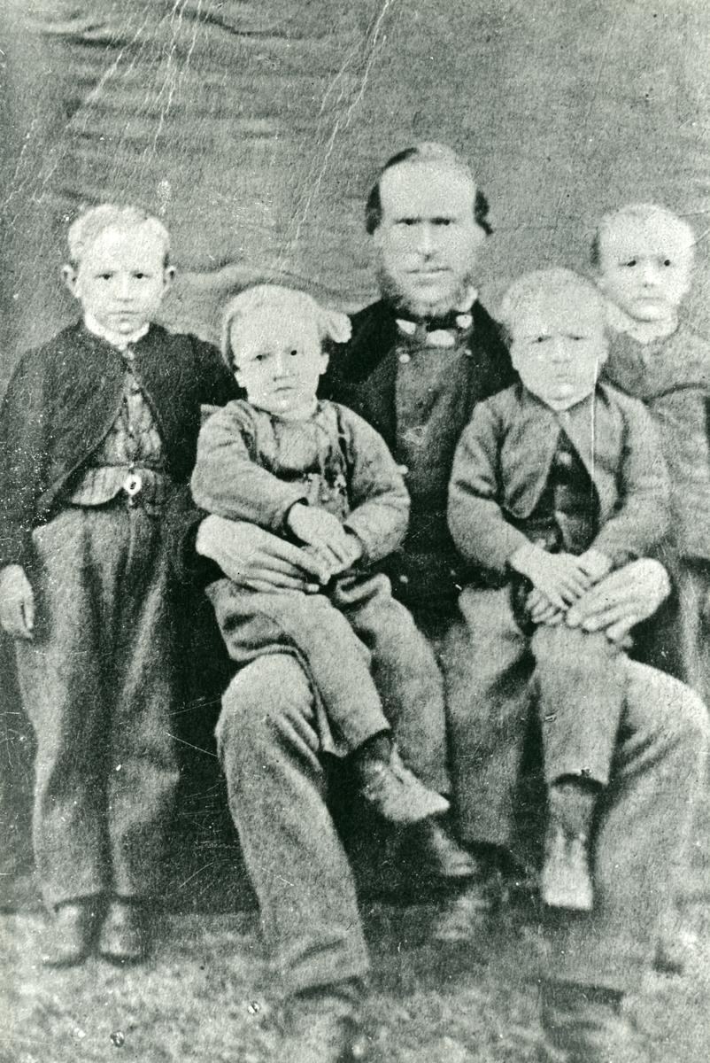 Familieportrett av Trond Hansen med sønnene.