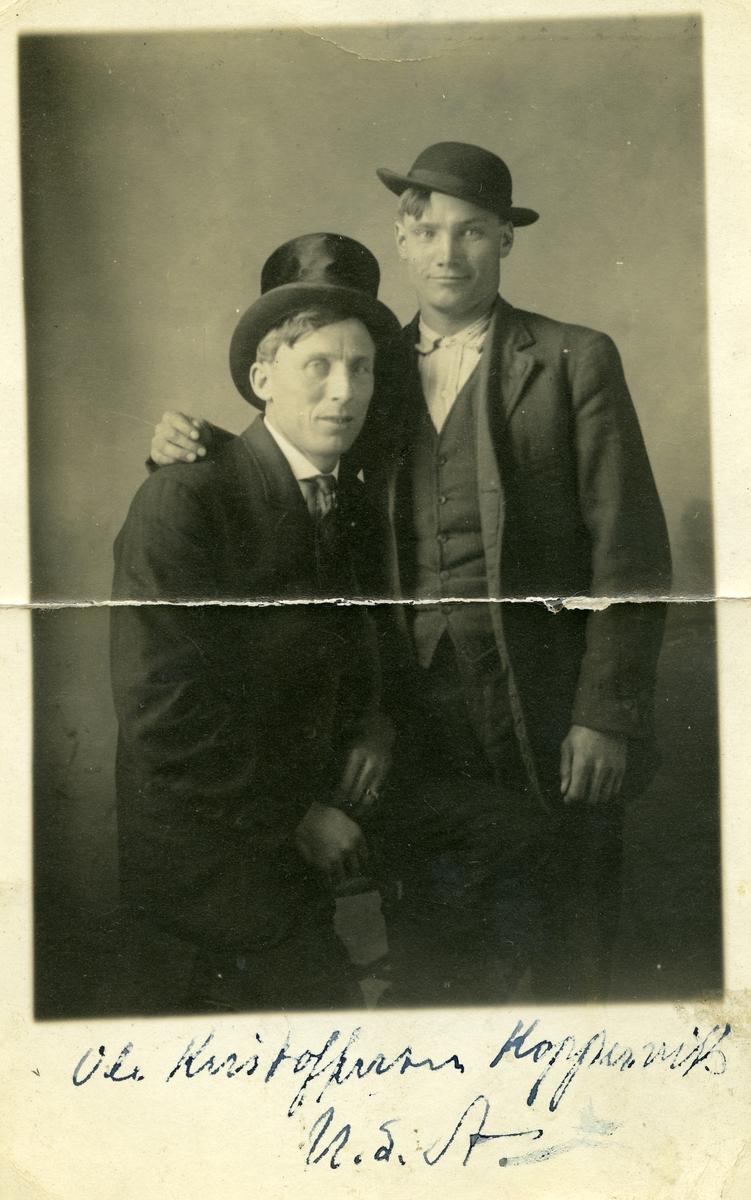 Portrett av to menn, tatt i Amerika. Begge er kledd i dress og hatt. Den ene er Ole Kristoffersen Koppervik.