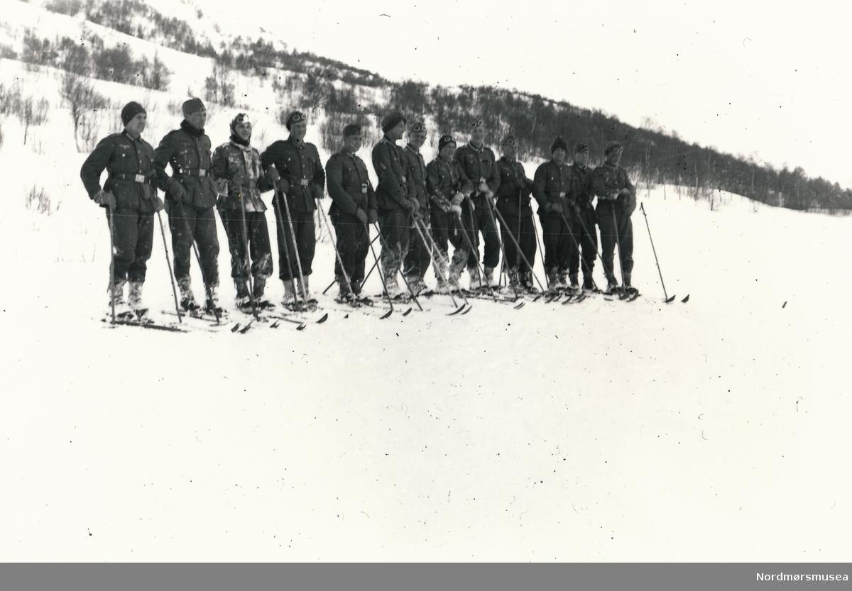 Soldater oppstilt på ein linje med ski på beina.