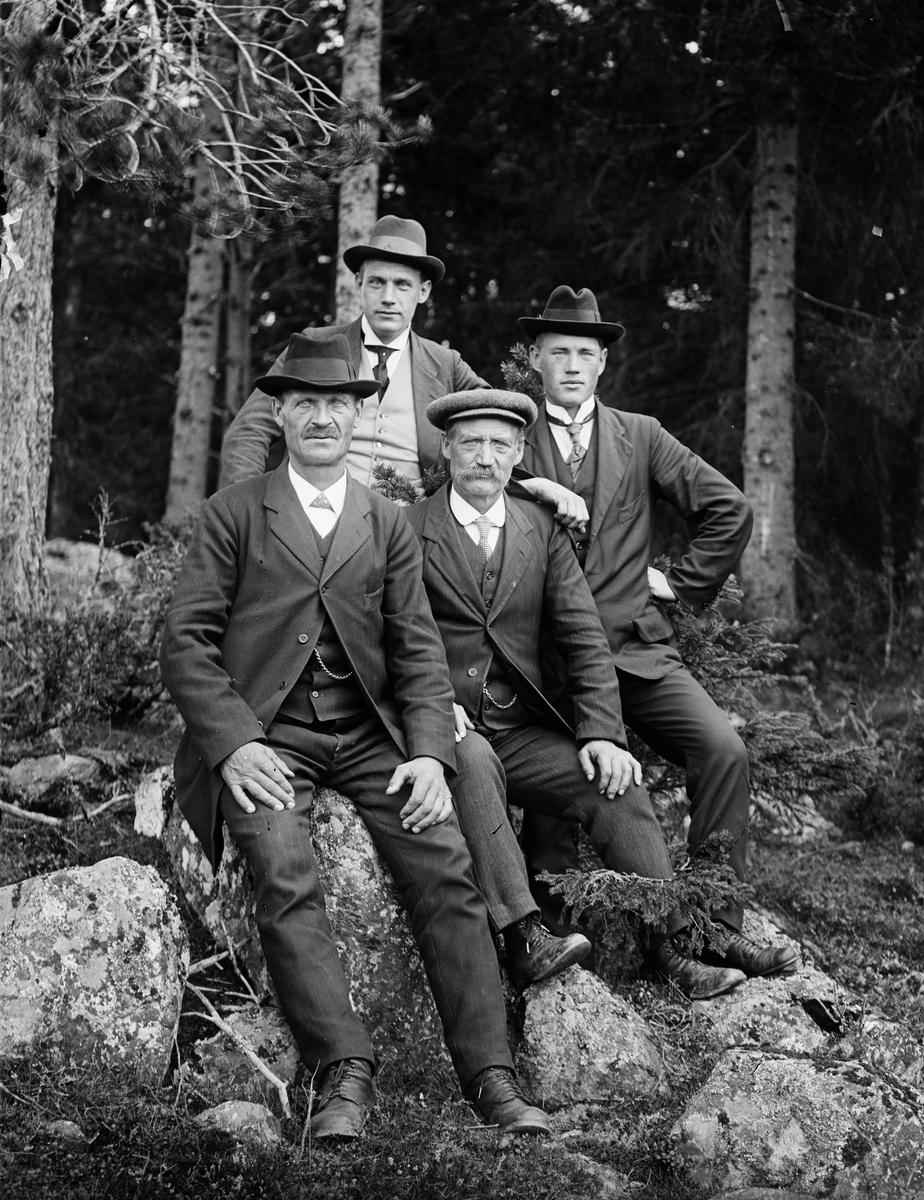 """""""Aug. Erikson Rotbrunna Sparrsätra med broder och 2 söner"""", Härnevi socken, Uppland 1918"""