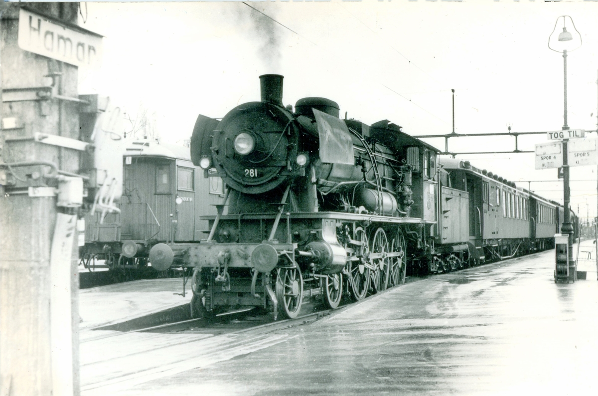 Persontog på Hamar stasjon. Toget trekkes av damplokomotiv 30a 281..