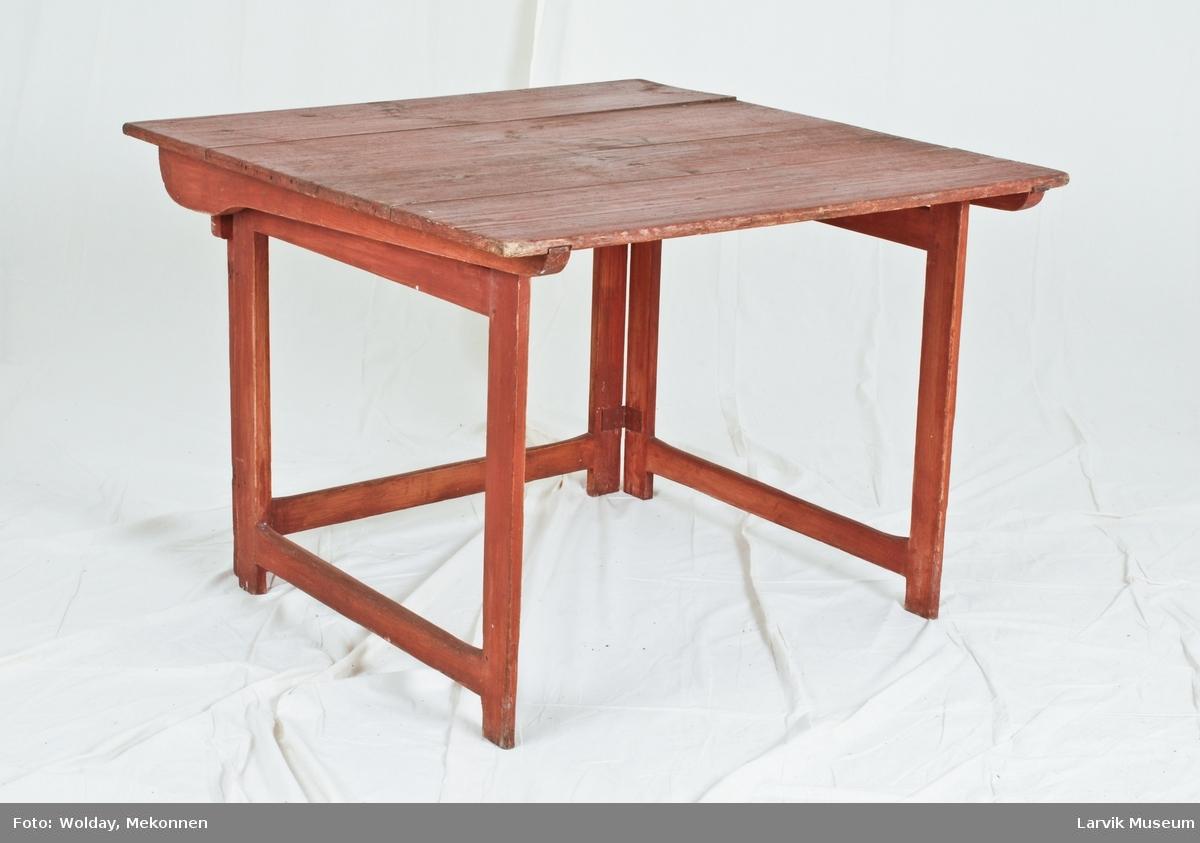Bordplate sammensatt av 4 stk, hviler på tre rammer hengslet, siderammer slås inn mot rammen bak. rammen bak tappet inn i sarg, platen kan slås ned.