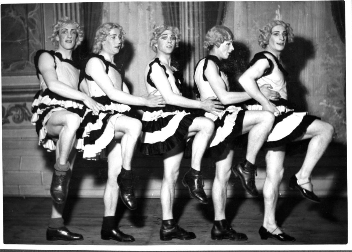 Revy på A 6. Fem man utklädda till kvinnor.