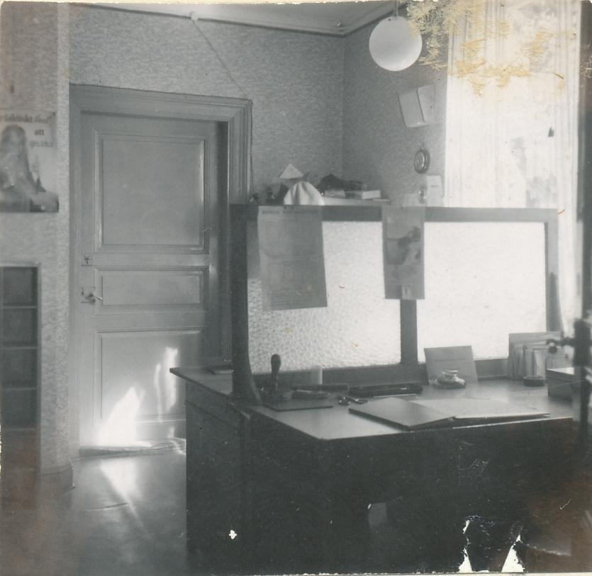 Interiör av poststationen i Hackvad, inrymd i en butik, 1954.