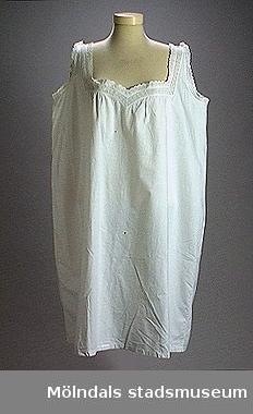 Bomullssärk, inte hellång, spetskantad med maskintillverkad spets. Linnet är sytt på maskin. Stina Samelius, Larsson som gift. Hon dog i Stockholm. Vilhelmina Samelius levde mellan 1853-1922.
