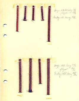 Nio vävda bandprover fästade på en kartong. Korta bitar av randiga, mönstrade bomullsband i oblekt, rött och blått, 5, 6 och 7 mm breda. På kartongen finns noteringar om garn och grovlek för varp och inslag 20/2 och 30/2.