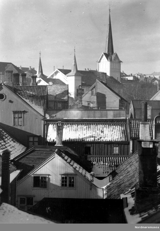 Tak i Kristiansund 1930-åra, mot hovedkirken på Kirklandet, foran Festiviteten. Foto: John Myren? Fra Nordmøre Museum sin fotosamling.