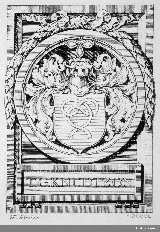 Knudtzonfamiliens våpenskjold; en dobbelt knute. Versjon brukt av NKH IIIs dattersønn, ambassadør Terje G Knudtzon 1886-1966. Fra Nordmøre Museums fotosamling)