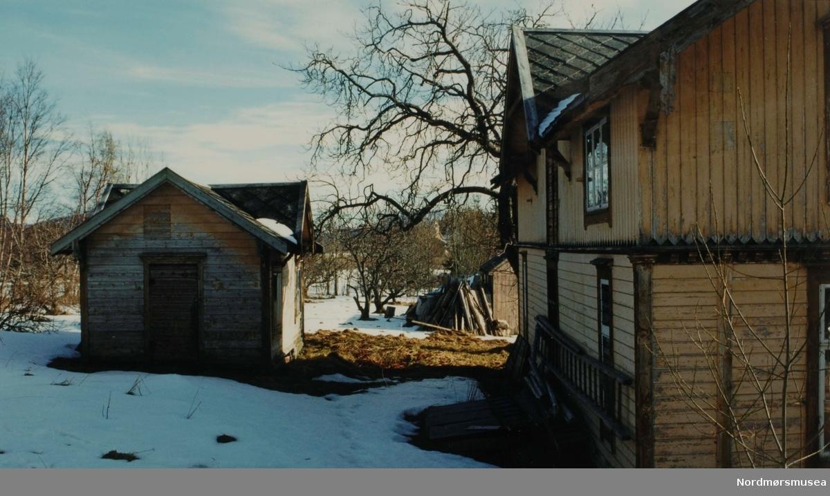 Foto fra Birkelund i Rastarkalvvegen 33 på Frei i Kristiansund. Her fra noen av uthusene på eiendommen. Birkelund - bedre kjent som Knudtzonlunden - er en herskapsvilla med egen tjenerbolig, som fungerte som sommerbolig for Nicolay H. Knudtzon III med familie. Eiendommen er på 12 mål, og boligen på hele 322 m2 og er reist i Sveitserstil med utsiktstårn. Fotograf er Stein Bach. Se KmB-2007-016.0113 til KmB-2007-016.0276. Datering serie er 15. mars 1999. Fra Nordmøre Museums fotosamlinger.