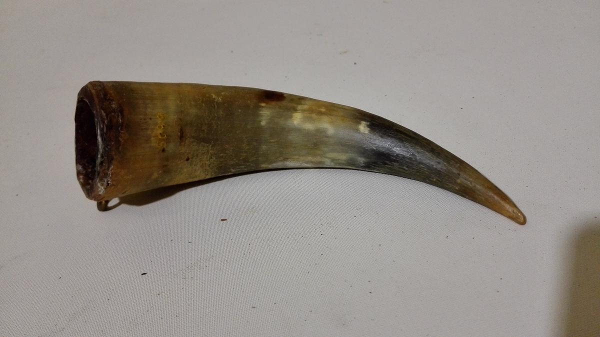 1 spisse-hodn.  Et 16 cm langt i enderne tilspidset horn, som bruktes naar man skulde spleise taag. Gave fra gaardbruker Annbjørn Bergeim, Feios.