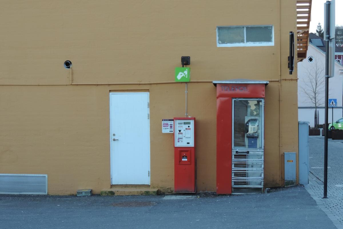 Telefonkiosken står på Skansekaien i Stavanger, og er blant de 100 vernede telefonkioskene i Norge. De røde telefonkioskene ble laget av hovedverkstedet til Telenor (Telegrafverket, Televerket). Målene er så å si uforandret.  Vi har dessverre ikke hatt kapasitet til å gjøre grundige mål av hver enkelt kiosk som er vernet.  Blant annet er vekten og høyden på døra endret fra tegningene til hovedverkstedet fra 1933. Målene fra 1933 var: Høyde 2500 mm + sokkel på ca 70 mm Grunnflate 1000x1000 mm. Vekt 850 kg. Mange av oss har minner knyttet til den lille røde bygningen. Historien om telefonkiosken er på mange måter historien om oss.  Derfor ble 100 av de røde telefonkioskene rundt om i landet vernet i 1997. Dette er en av dem.