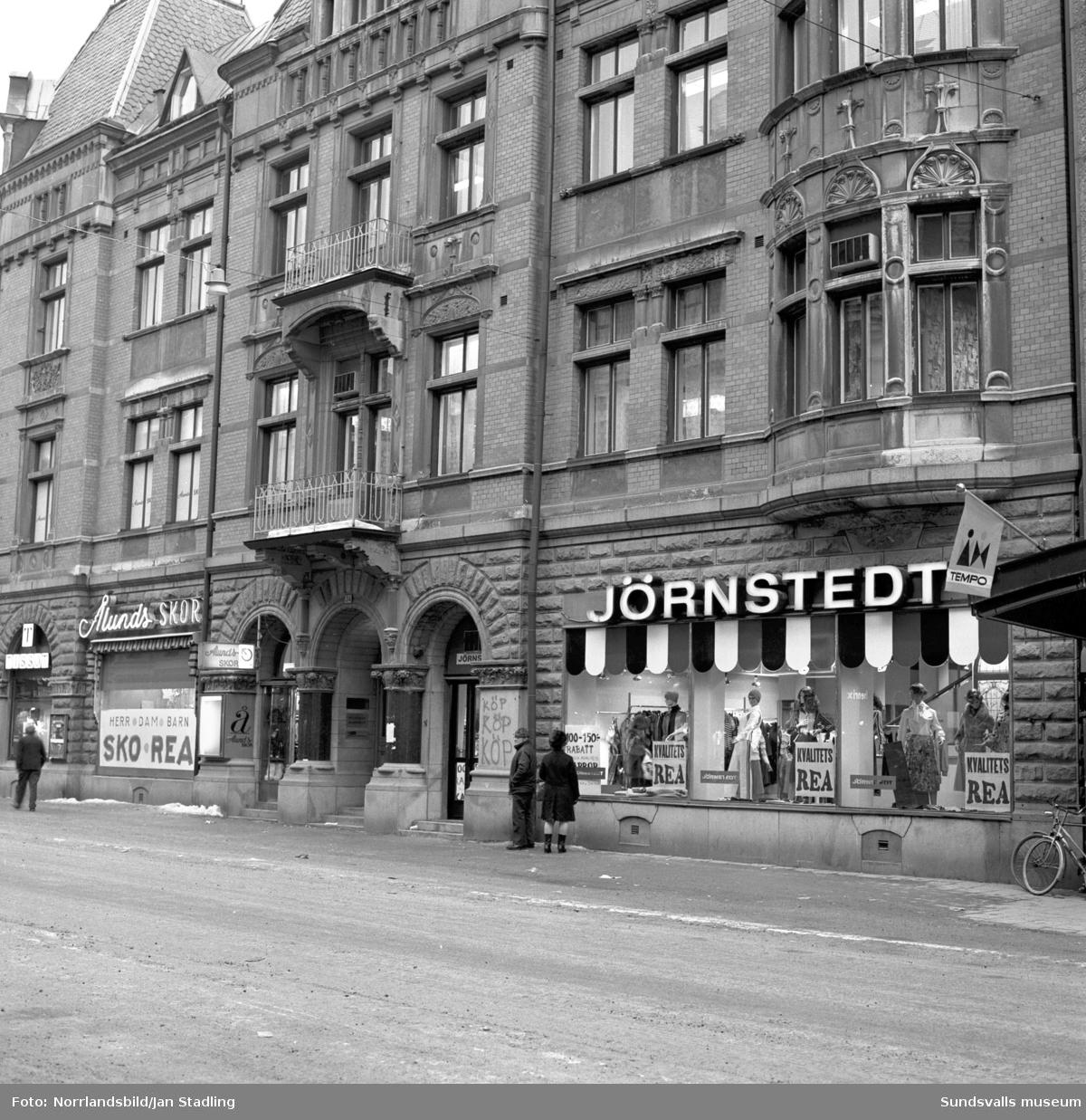 Gatuvy vid Storgatan 34 med butikerna Ålunds skor och Jörnstedt. Bild två är inifrån ett kontor i huset, Skrivbyrån.