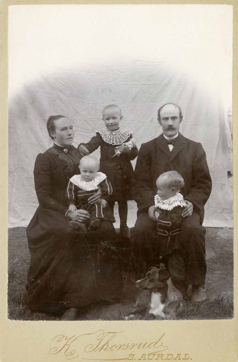 Familieportrett av Herman og Tonetta Leite, med barna Olea, Arne og Trond.