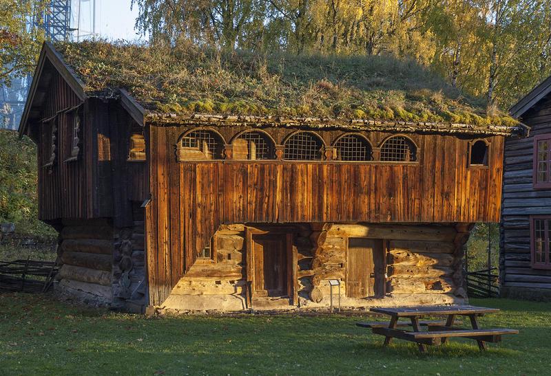 Skråstadloftet er museets eldste bygning; en brunlig tømmerbygning i to etasjer, med torv på taket og svalgang i andre etasje, oppført i 1604. (Foto/Photo)