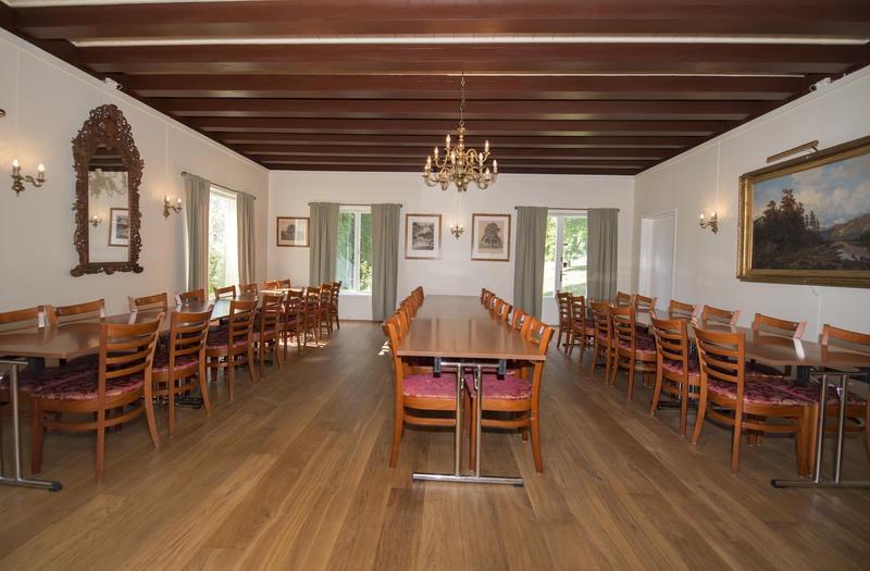 Spisesalen måler 7 x 7 meter og er utstyrt med sammenleggbare bord (mål: 120 x 80 cm) og polstrede stoler med høy rygg. Her kan man møblere som man selv ønsker, alt etter hvor mange man bli til bords og hva man foretrekker.